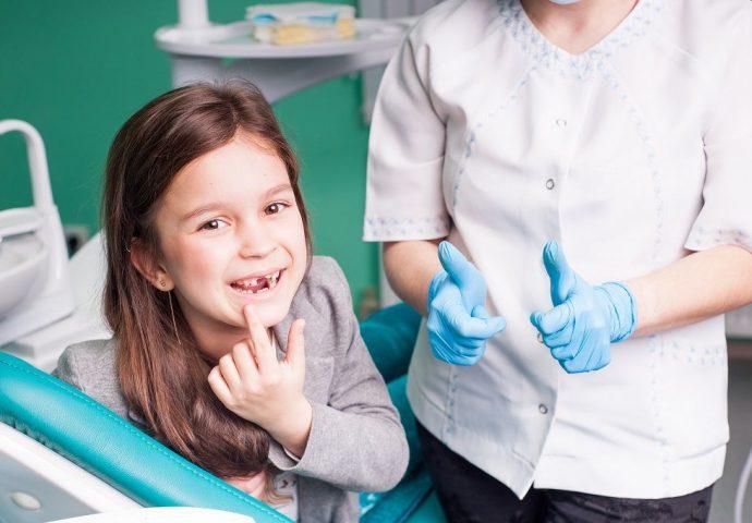 ילדה במרפאת השיניים
