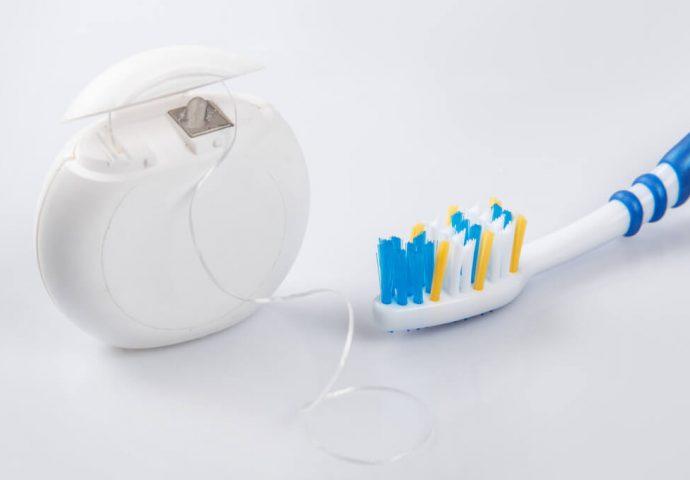 חוט דנטלי ומברשת שיניים